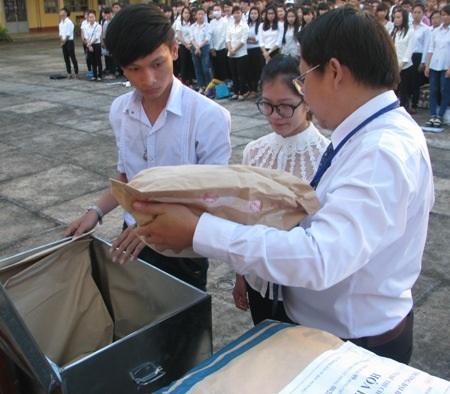 Đại diện thí sinh và trưởng điểm thi cùng kiểm tra niêm phong đề thi.