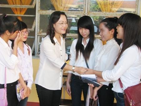 Bà Lê Thị Ái Nam- Phó Chủ tịch UBND tỉnh Bạc Liêu trực tiếp động viên thí sinh trước giờ thi.