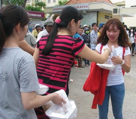 Đón thí sinh ngoài cổng trường thi để phát cơm miễn phí.