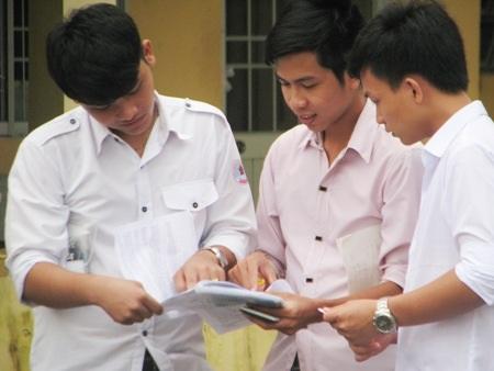 Thí sinh cụm thi Bạc Liêu cùng xem lại đề môn Hóa học sau buổi thi. (Ảnh: Huỳnh Hải)