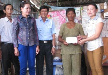 Đại diện MTTQ huyện Đông Hải trao hỗ trợ bà Phượng.