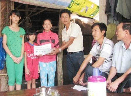 PV Dân trí trao tiền bạn đọc cho 3 mẹ con chị Thắm trước sự chứng kiến của chính quyền địa phương.
