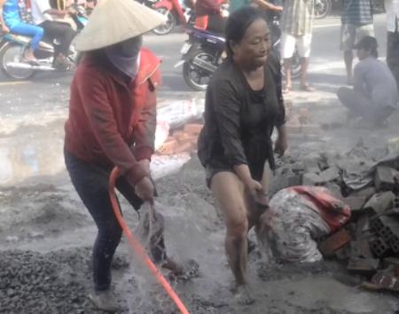 Hai bị can Châu Thị Ba (phải) và Nguyễn Thị Liên trong một lần phá hoại tài sản của bà Liên Mỹ Lén.