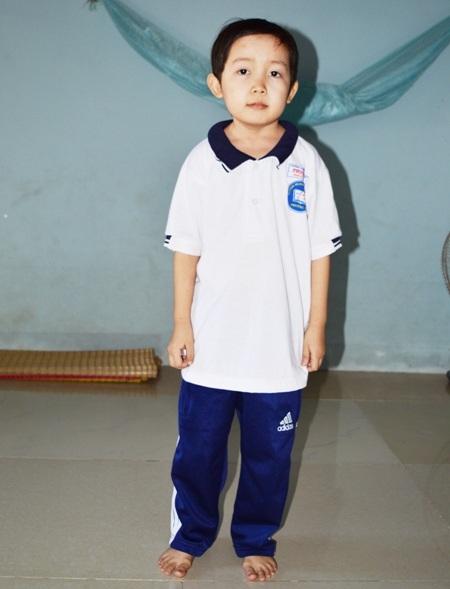 Cháu Đặng Kỳ Tài đã 15 tuổi, học lớp 9 nhưng trông như trẻ lên 4.