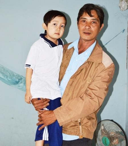 Hàng ngày Tài đi học đều được cha chở đến trường bởi thân hình cháu quá nhỏ bé.