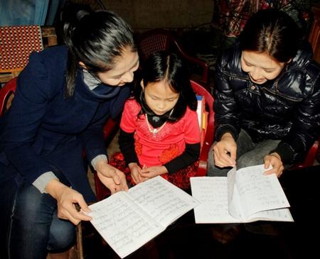 Ngọc Hân, Nguyễn Thị Loan mang gạo đến cho học sinh nghèo - 1
