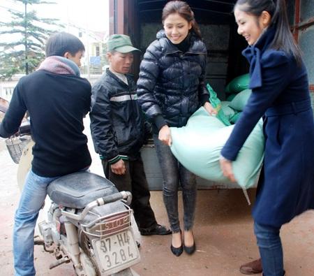 Ngọc Hân, Nguyễn Thị Loan mang gạo đến cho học sinh nghèo - 4