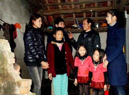 Ngọc Hân, Nguyễn Thị Loan mang gạo đến cho học sinh nghèo - 6