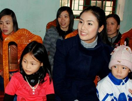 Ngọc Hân, Nguyễn Thị Loan mang gạo đến cho học sinh nghèo - 7