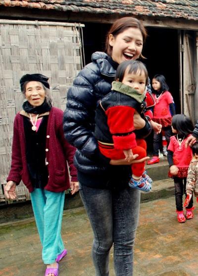 Ngọc Hân, Nguyễn Thị Loan mang gạo đến cho học sinh nghèo - 8