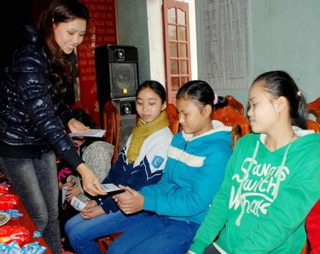 Ngọc Hân, Nguyễn Thị Loan mang gạo đến cho học sinh nghèo - 9