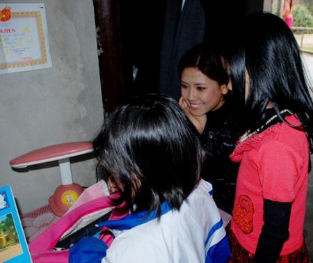Ngọc Hân, Nguyễn Thị Loan mang gạo đến cho học sinh nghèo - 10