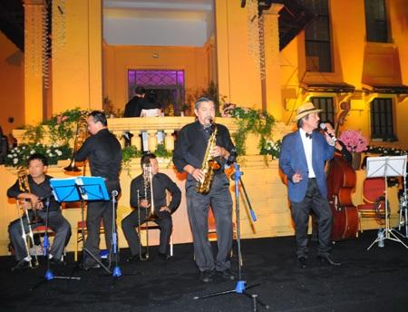 Nhạc sỹ Quyền Văn Minh chơi nhạc trong lễ cưới của Đỗ Hải Yến
