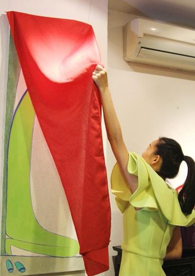 Lê Thiết Cương mời Tống Diệu Hằng mở tranh tại buổi khai mạc triển lãm