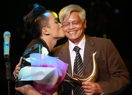 Nhạc sỹ Doãn Nho nhận giải Ca khúc của năm cho Chiếc khăn Piêu tại giải Âm nhạc Cống hiến 2013