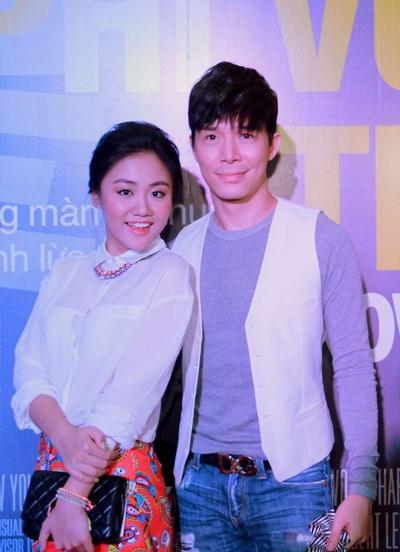 Mai Hương tạo dáng trẻ trung bên cạnh Nathan Lee