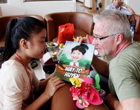 Cuộc gặp gỡ giữa nhà báo Đức và em bé nghèo Việt Nam- Phạm Thị Thảo Huyền ngày 9/7/2013.