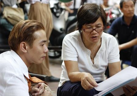 Đạo diễn Phạm Nhuệ Giang trong quá trình làm việc với diễn viên trẻ Việt Bắc vào vai Xuân Tóc đỏ
