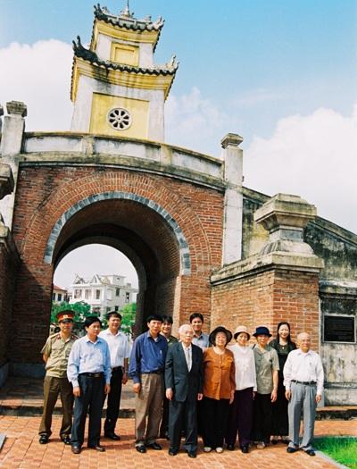 Đại gia đình của Đại tướng Võ Nguyên Giáp chụp ảnh kỷ niệm trước Quảng Bình quan năm 2004.