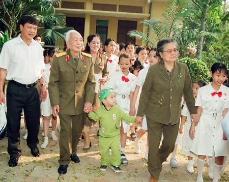 Hình ảnh vợ chồng Đại tướng đến thăm nhà tình thương của nghệ sỹ Tường Vi