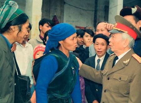 Đại tướng thăm bà con dân tộc tỉnh Cao Bằng tháng 12/1994.