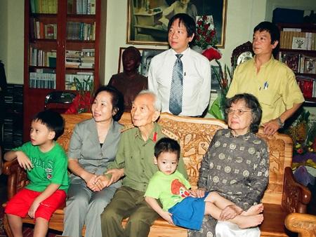 Chủ tịch nước Trương Tấn Sang trong một bức hình kỷ niệm với gia đình Đại tướng Võ Nguyên Giáp