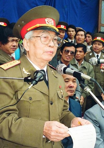 Bức ảnh chụp Đại tướng trước hiên nhà ở Lộc Thủy (Lệ Thủy, Quảng Bình) tháng 12/2004