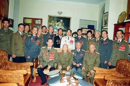 Đại tá chụp ảnh kỷ niệm cùng các Anh hùng Lực lượng vũ trang Quân chủng Phòng không Không quân