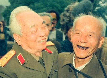 Đại tướng và phóng viên ảnh Bùi Duy Ly của báo Quân đội Nhân dân