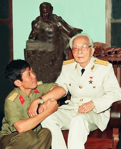 Tác giả chùm ảnh, đại tá Trần Hồng trong một bức ảnh kỷ niệm với Đại tướng.