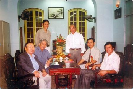 Ban liên lạc cựu học sinh Quốc học Huế làm việc với Ban giám hiệu nhà trường.