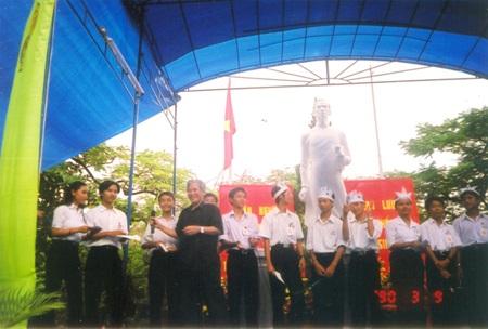 Nhạc sĩ Trần Hoàn với học sinh Quốc học Huế (2001)