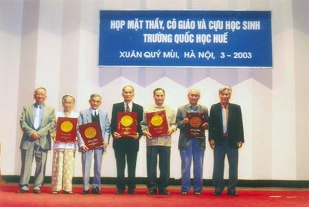 Trần Hoàn và Trần Phương Trà trong buổi giao lưu văn nghệ 7 trường ở Hà Nội