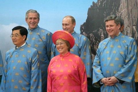 Các nguyên thủ quốc gia diện áo dài Việt Nam tại hội nghị APEC năm 2006