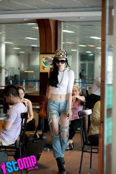 """Vũ Hoàng Điệp bị tẩy chay vì """"thời trang gây sốc trên báo Singapore"""""""