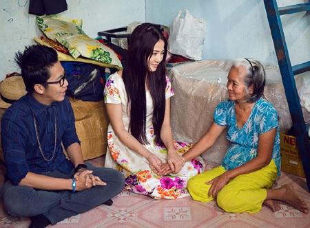 Và mang toàn bộ số tiền bán được tặng bà Thảo- một gia đình nghèo đang sống giữa Sài Gòn