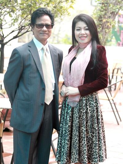 Chế Linh và ca sỹ Anh Thơ chụp ảnh kỷ niệm khi gặp nhau tại Hà Nội sáng 26/2