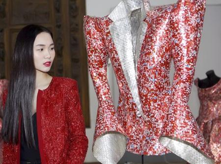Người đẹp Tống Diệu Hằng đến dự triển lãm theo lời mời của Nikos Floros