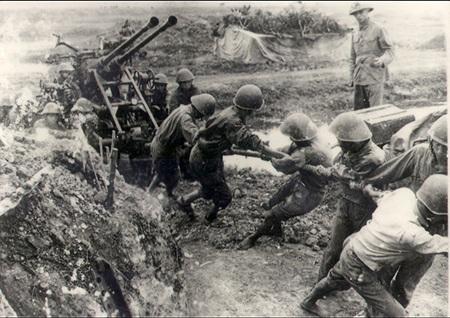 Hình ảnh bộ đội ta kéo pháo vào trận địa