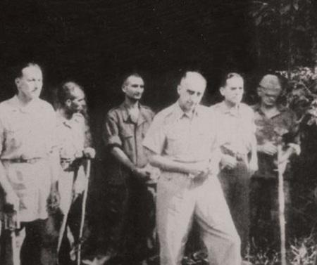 Tướng De Castries và bộ tham mưu tập đoàn cứ điểm Điện Biên Phủ ra hàng.