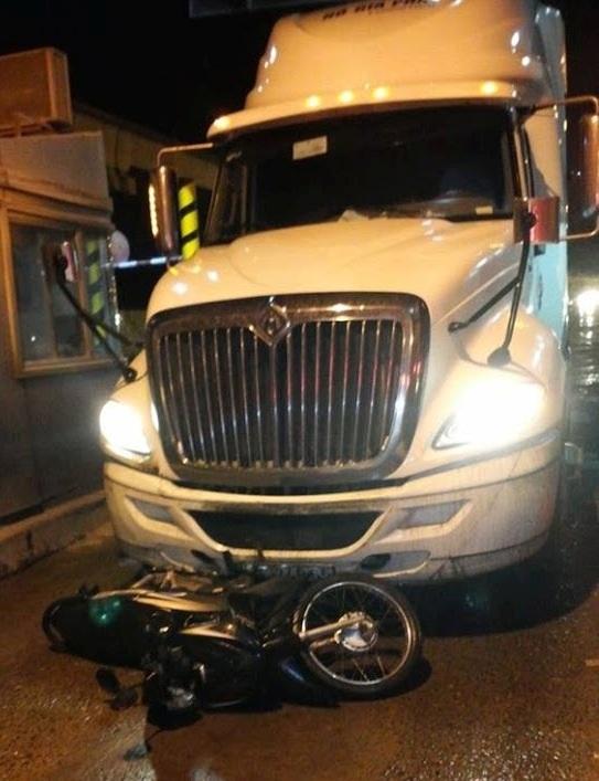 Chiếc xe đầu kéo container cán chết người rồi bỏ chạy, kéo lê theo xe máy của nạn nhân gần 1km trên XLHN, rạng sáng nay 1/10.