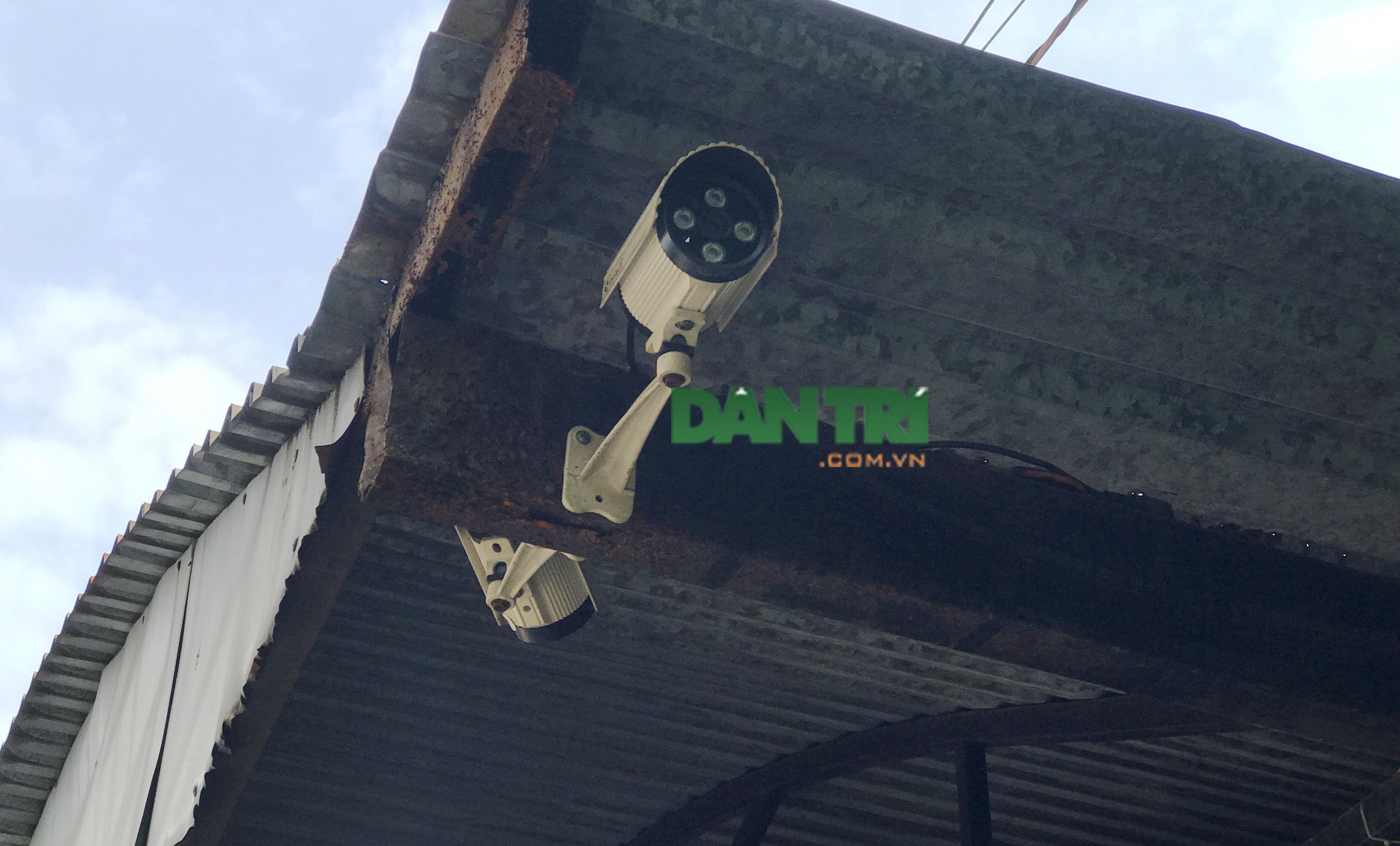 Camera tại khu vực đã ghi lại toàn bộ diễn biến bà Điệp bỏ chất lạ nghi thuốc diệt chuột vào nồi bún riêu bán cho khách của chị Tuyết.