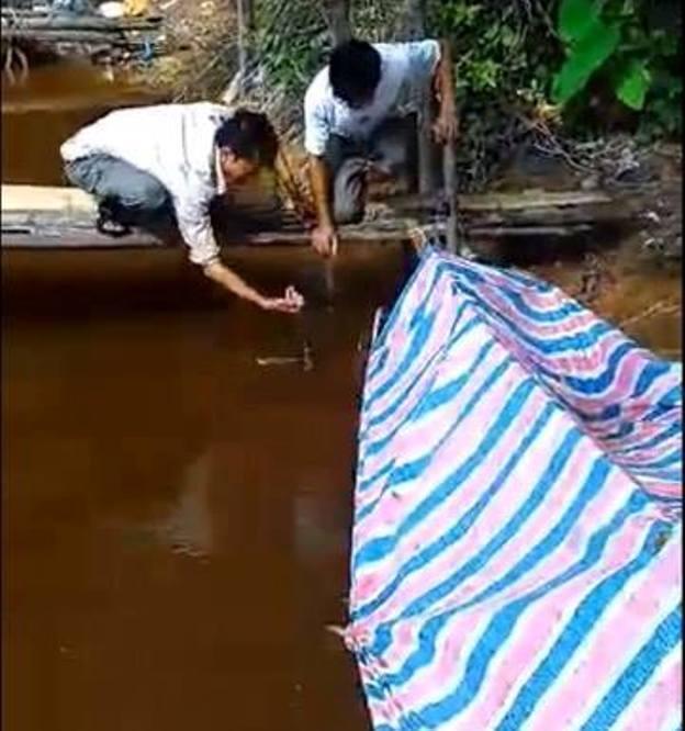 Nước sông Quèn đoạn qua xã Cẩm Lộc bất ngờ đổi màu đỏ như thế này