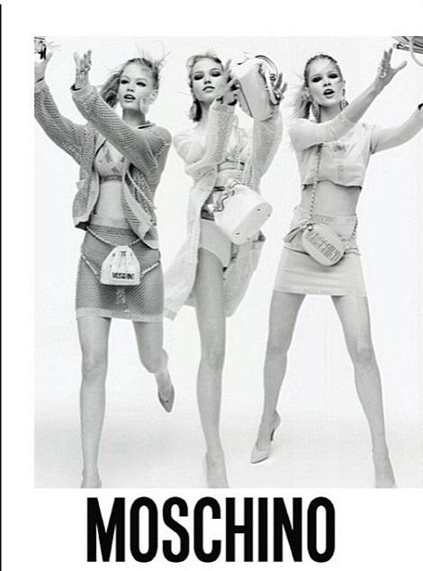Một chân của người mẫu đứng giữa đã bị biến mất khỏi bức ảnh.
