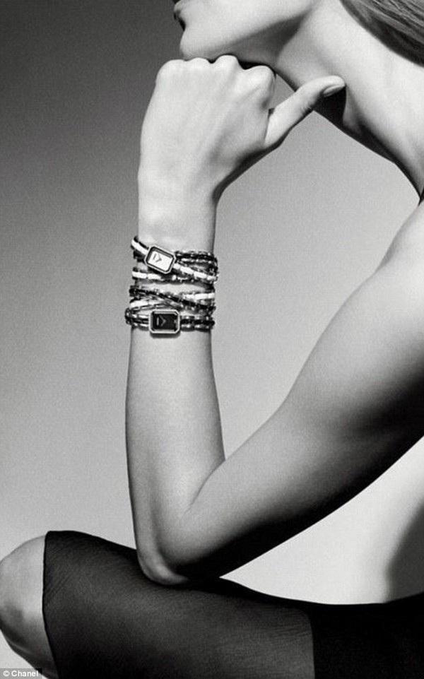 Nhiều người sẽ chú ý đến những chiếc đồng hồ đang đeo lên tay mà sẽ bỏ qua chiếc cổ dài bất thường của người mẫu.
