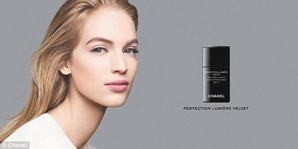 Người mẫu quảng cáo cho nước hoa Chanel có chiếc cổ dài một cách bất thường.