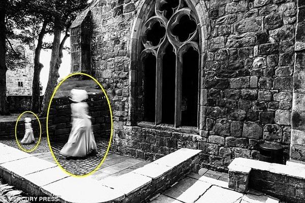 Bóng trắng trong bức ảnh của Mark đã được phóng lớn