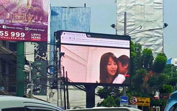 """Đoạn """"phim người lớn"""" được trình chiếu trên bảng quảng cáo tại một tuyến đường đông đúc trước khi màn hình được tắt đi"""