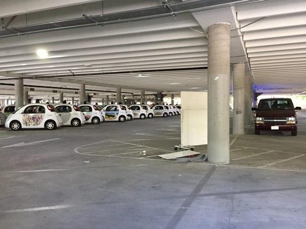Những chiếc xe tự lái thế hệ đầu tiên của Google cũng được bắt gặp trong bãi đỗ xe này
