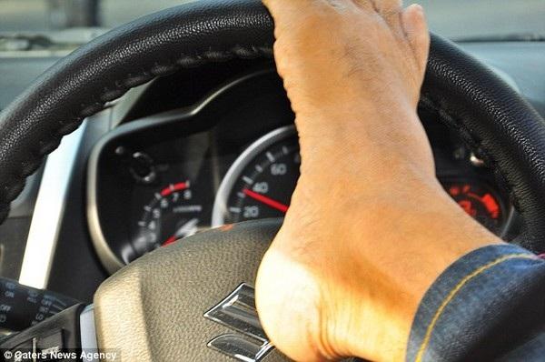 Vikram sử dụng đôi chân thành thạo để điều khiển xe